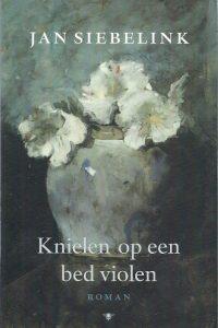 Knielen op een bed violen Jan Siebelink 9023416651